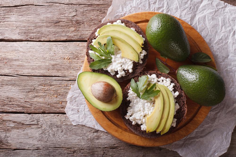 авокадо на бутерброде фото