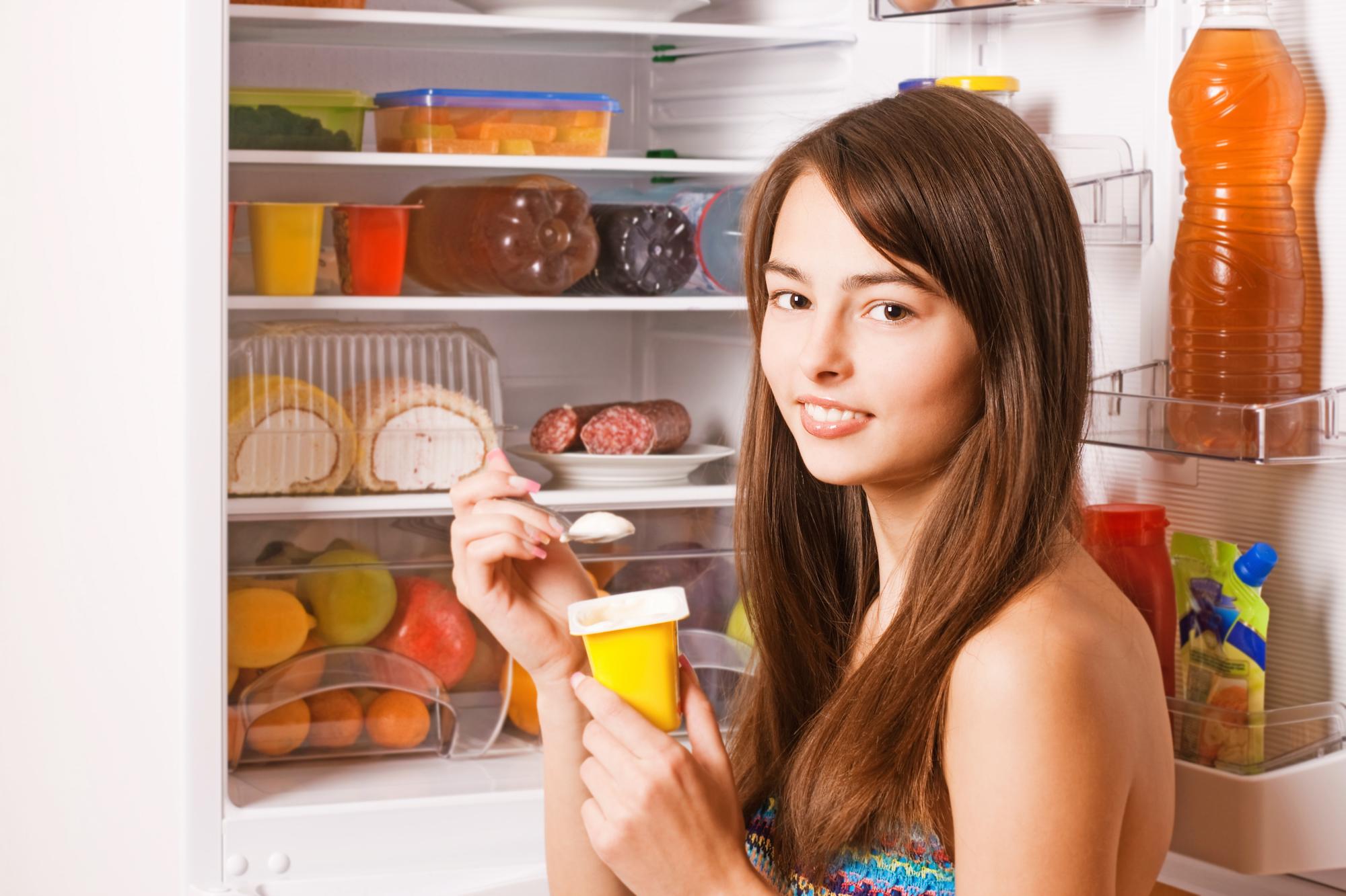 девушка возле холодильника