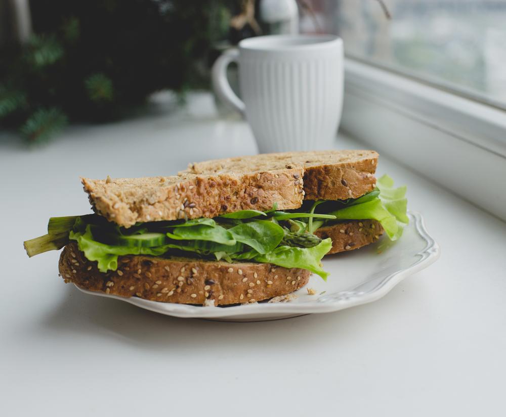 бутерброд на подоконнике
