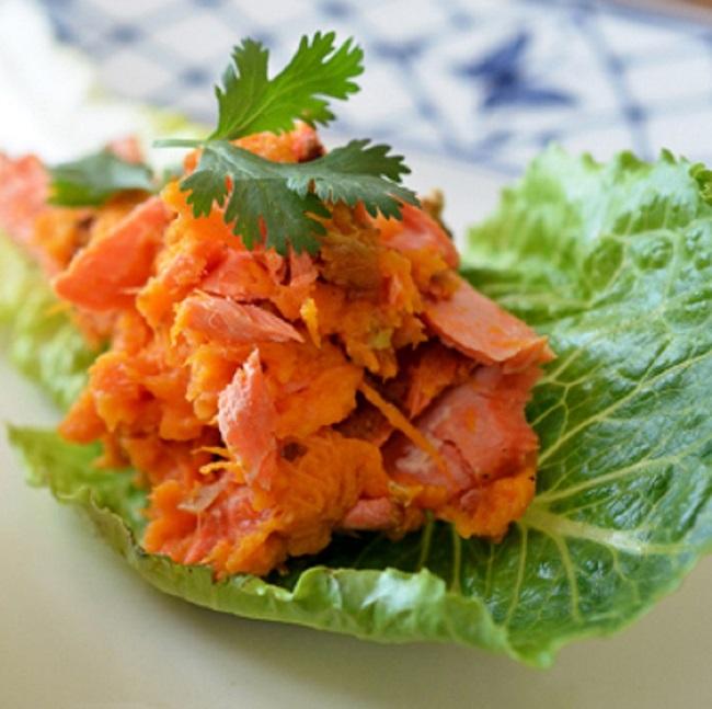 красная рыба на листке салата фото