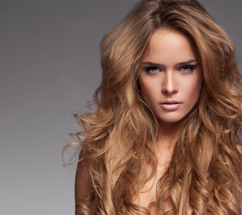 девушка с красивыми волосами